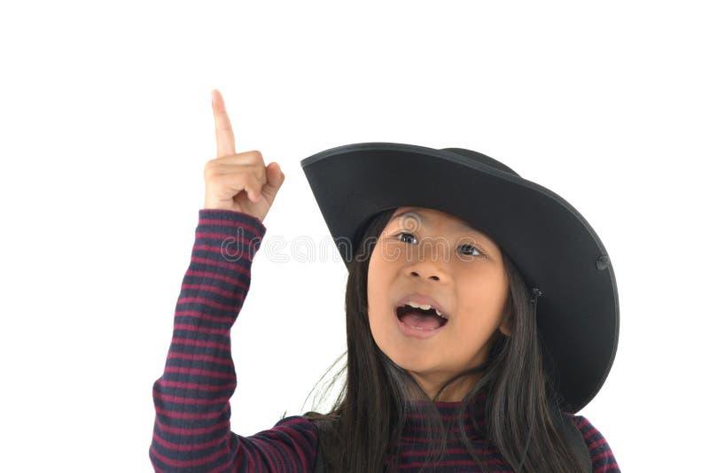 Aziatisch meisje in een cowboyhoed die omhoog kijken die op witte backgrou wordt geïsoleerd stock foto's