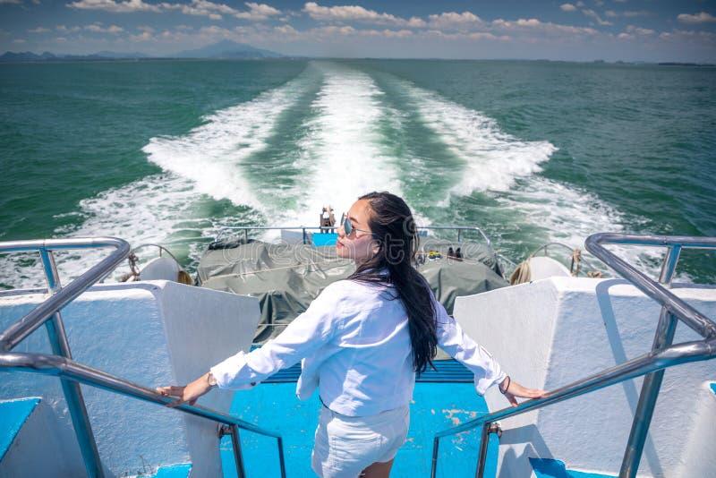 Aziatisch meisje in een snelheidsboot royalty-vrije stock foto