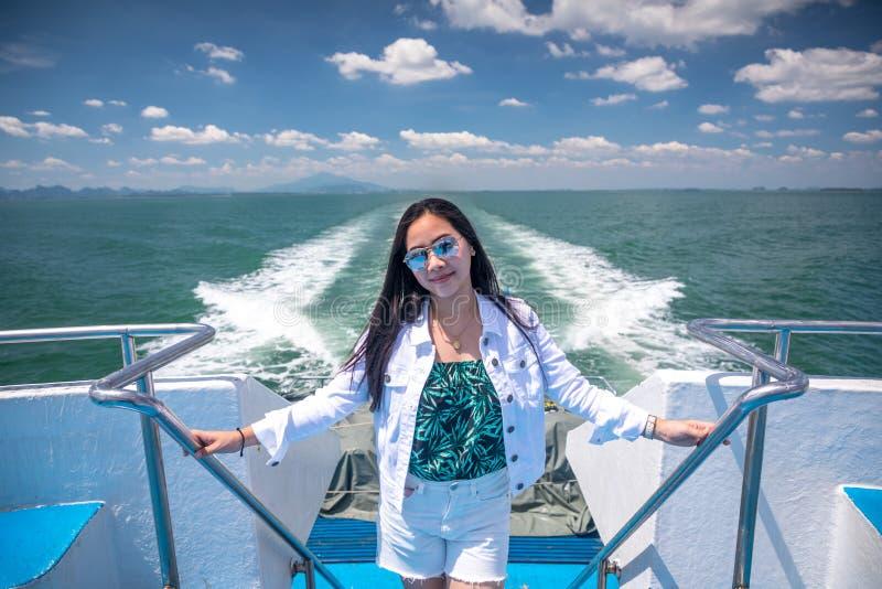 Aziatisch meisje in een snelheidsboot royalty-vrije stock afbeelding