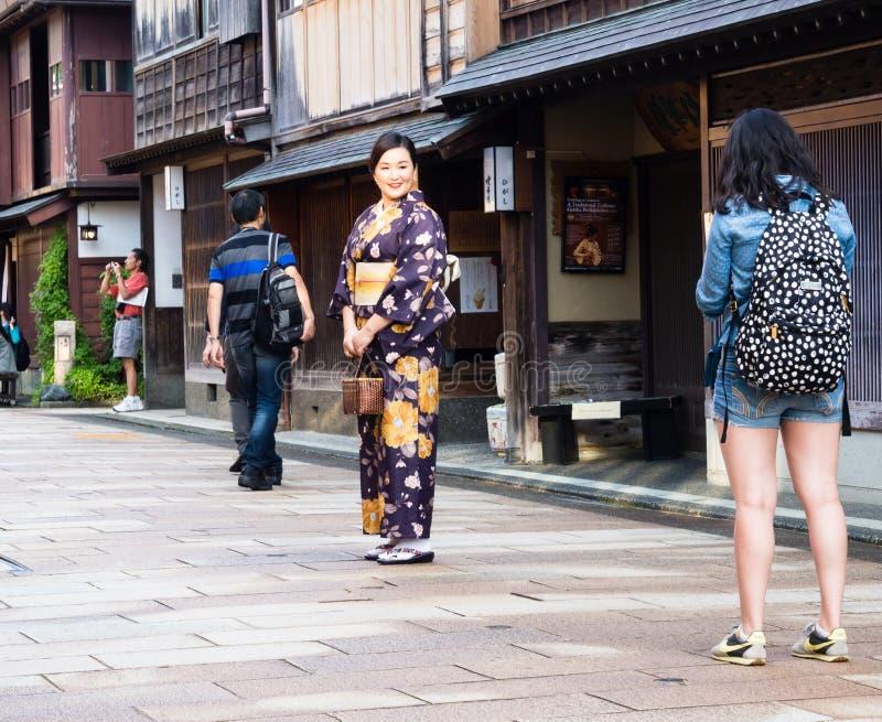 Aziatisch meisje in kimono in Higashichaya-geishadistrict van Kanazawa stock afbeeldingen