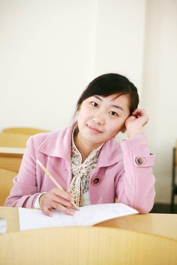 Aziatisch meisje in klaslokaal royalty-vrije stock foto