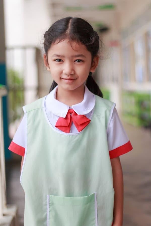 Aziatisch meisje in kleuterschool in Thaise studenten eenvormige smilin stock foto's