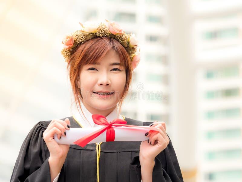 Aziatisch meisje met diploma stock foto