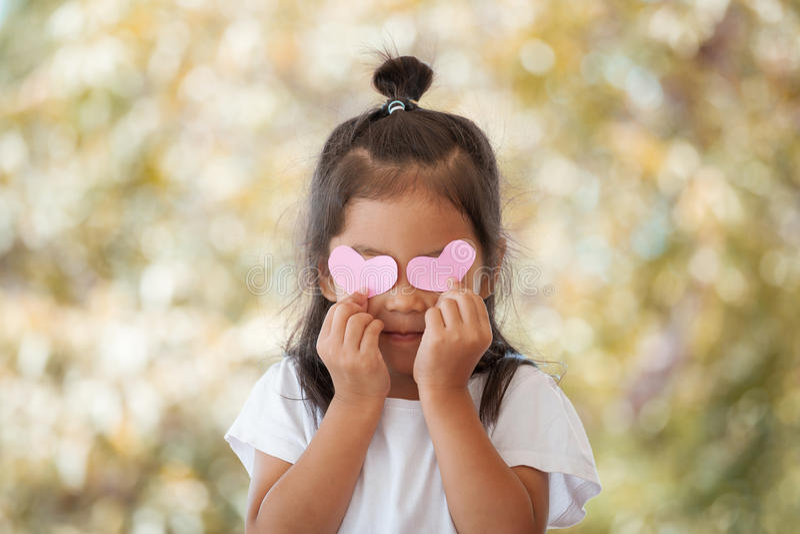 Aziatisch meisje met harten op de ogen stock afbeeldingen
