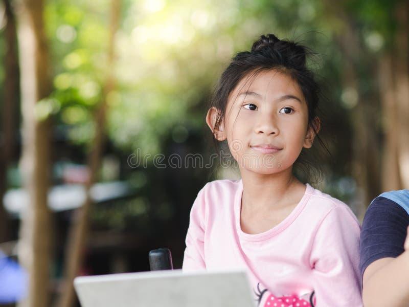 Aziatisch meisje met oefeningsmateriaal openlucht royalty-vrije stock afbeelding
