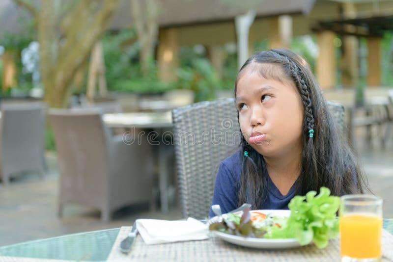 Aziatisch meisje met uitdrukking van afschuw tegen groenten royalty-vrije stock afbeeldingen