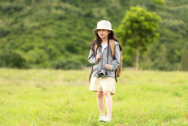 Aziatisch meisje neemt een foto en loopt avontuur, toerisme voor reizen naar de bestemming voor onderwijs en ontspant zich in het  royalty-vrije stock fotografie