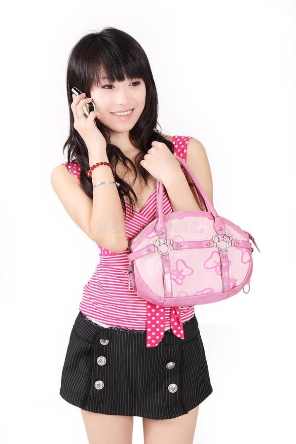 Aziatisch meisje op celtelefoon. stock afbeelding