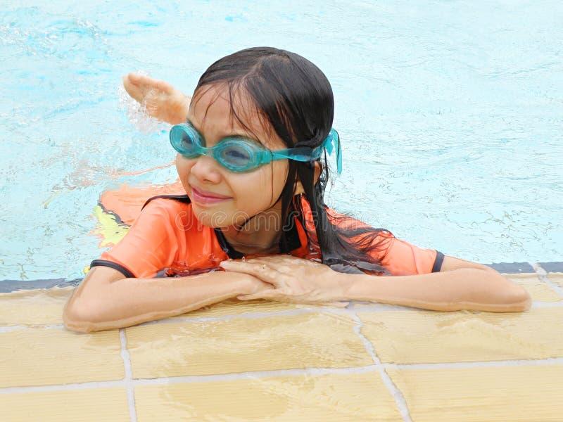 Aziatisch meisje in pool royalty-vrije stock afbeelding