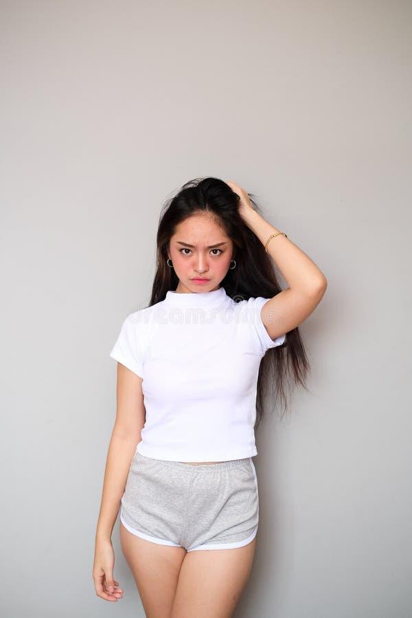 Aziatisch meisje in sportkleding met boze uitdrukking royalty-vrije stock afbeelding