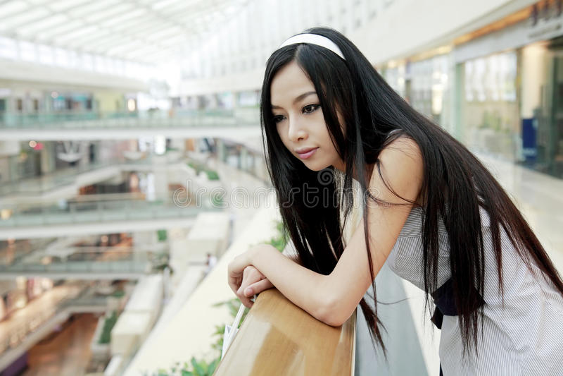 Aziatisch meisje in winkelcomplex. stock afbeeldingen