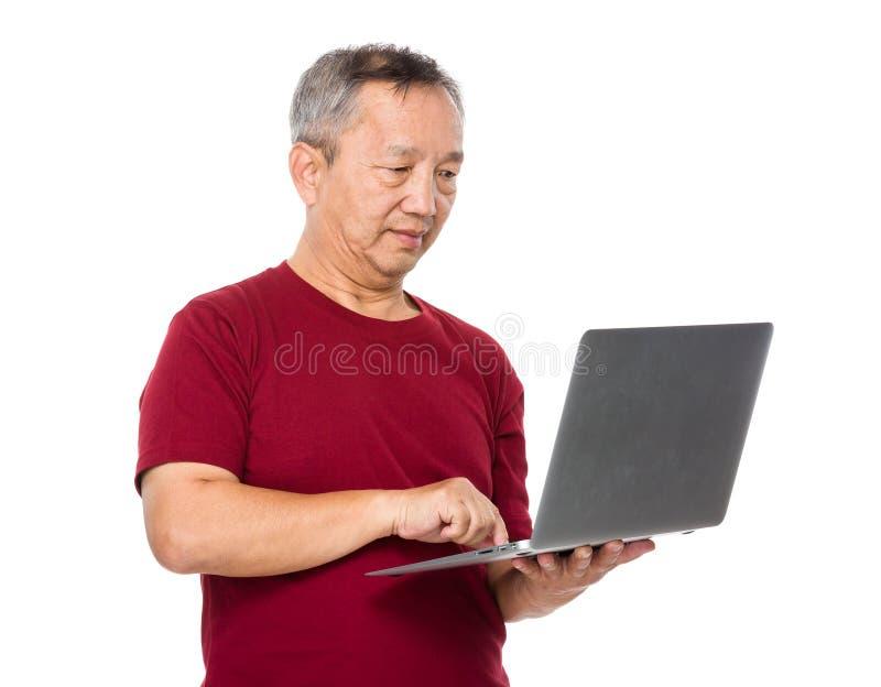 Aziatisch mensengebruik van laptop computer stock afbeelding
