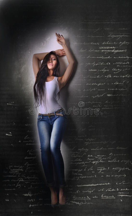 Aziatisch model in witte T-shirt en jeanse, lange haar en benen stock afbeelding