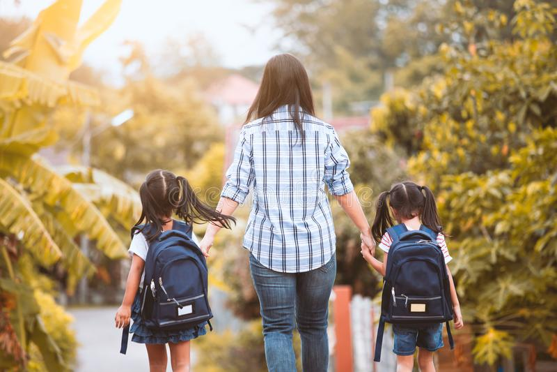 Aziatisch moeder en dochterleerlingsmeisje die naar school gaan stock afbeeldingen