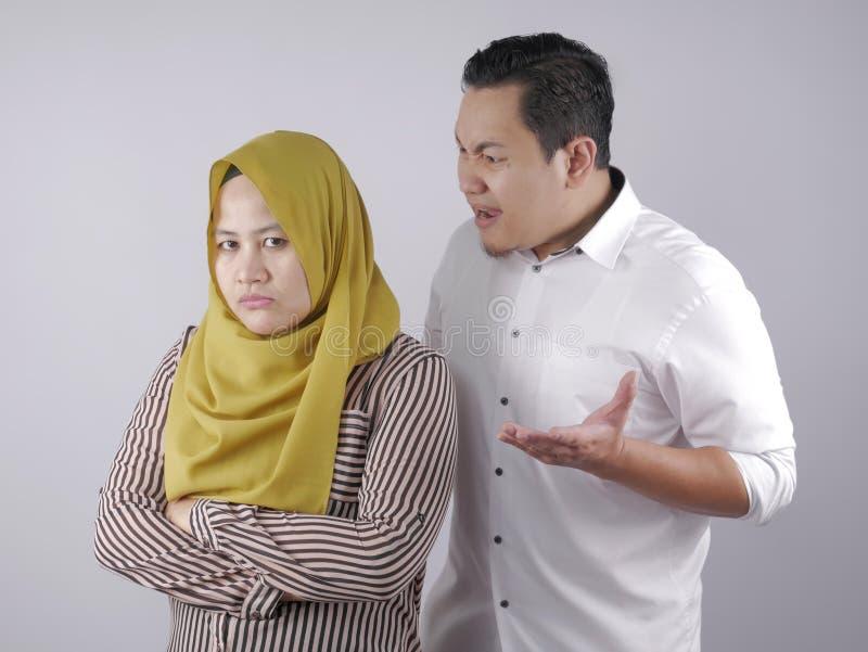 Aziatisch moslimpaar vecht royalty-vrije stock foto
