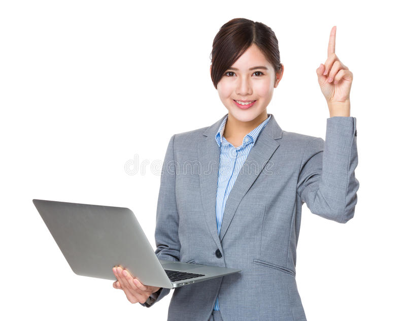 Aziatisch onderneemstergebruik van laptop en vingerpunt naar omhoog stock afbeeldingen