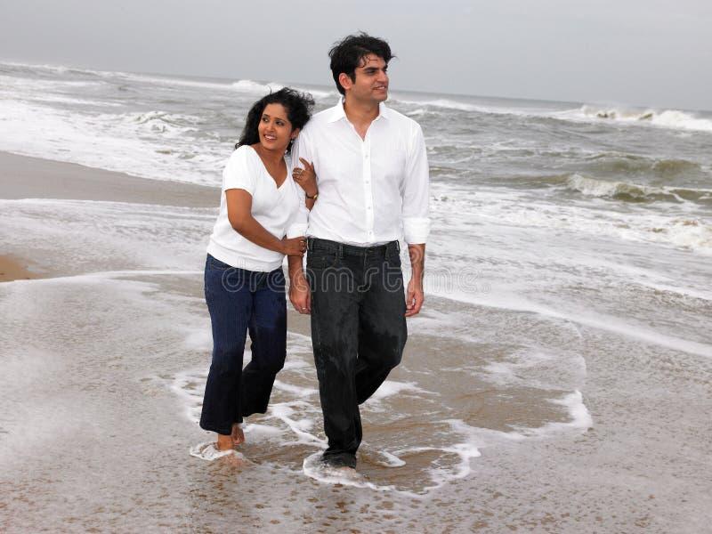 Aziatisch paar bij het strand stock foto's