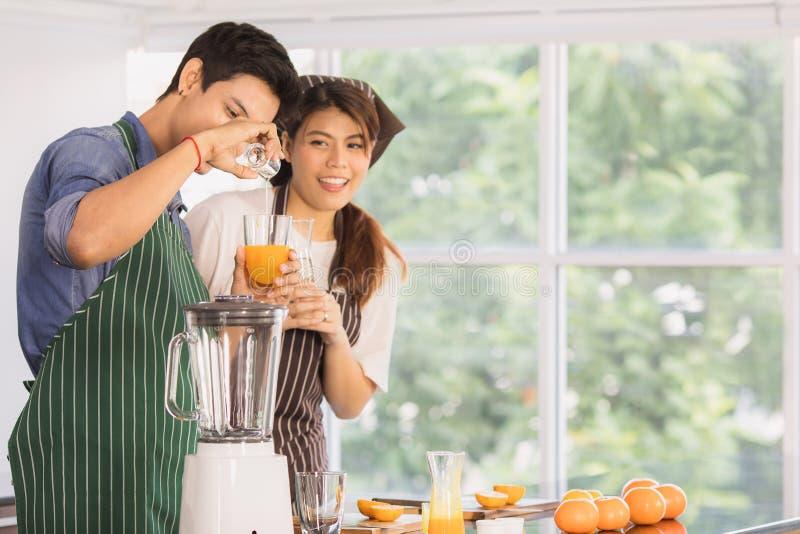 Aziatisch paar bij keukenruimte royalty-vrije stock afbeeldingen