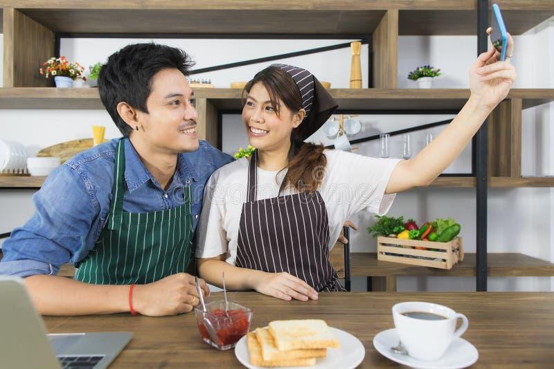 Aziatisch paar bij keukenruimte royalty-vrije stock fotografie