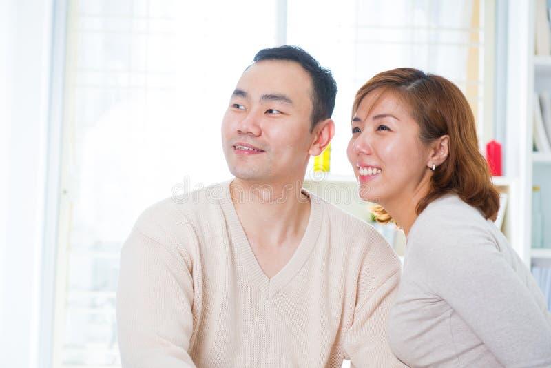 Aziatisch paar dat weg kijkt royalty-vrije stock afbeeldingen
