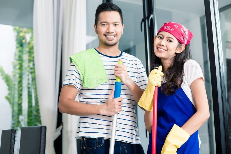 Aziatisch paar die hun huis schoonmaken royalty-vrije stock fotografie