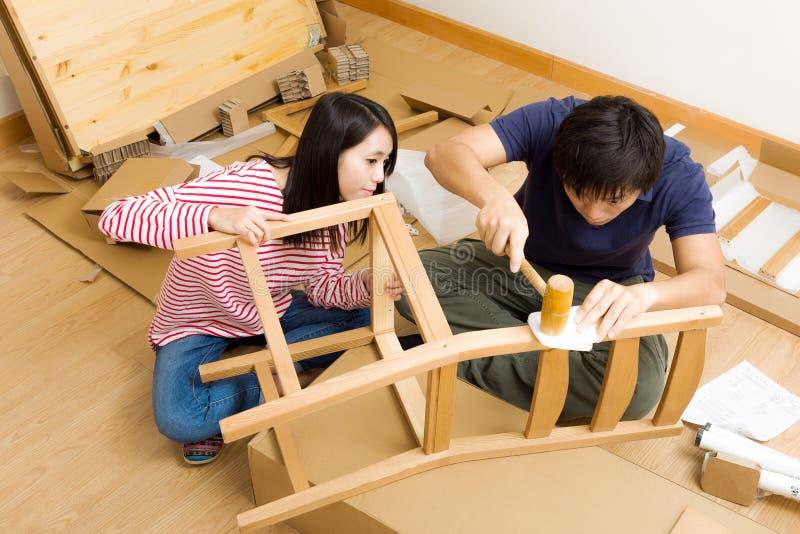 Aziatisch paar die nieuwe stoel assembleren royalty-vrije stock fotografie