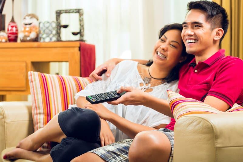 Aziatisch paar die op TV letten royalty-vrije stock foto