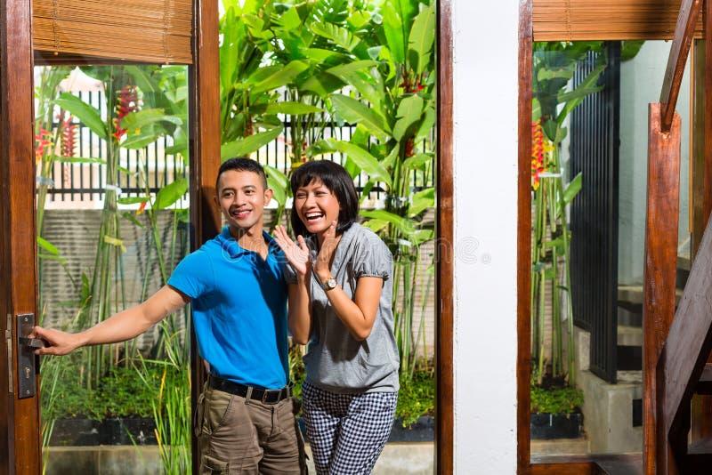 Aziatisch paar dat zich in het nieuwe huis beweegt royalty-vrije stock afbeeldingen