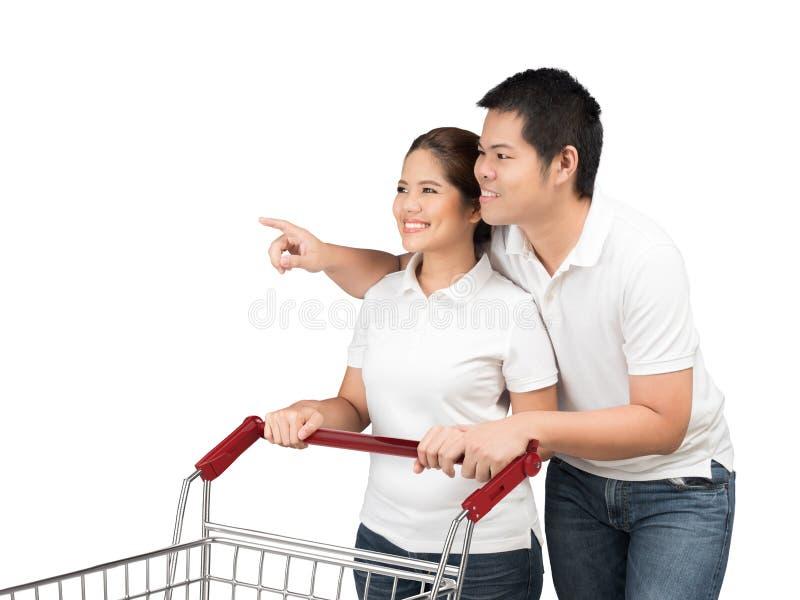 Aziatisch paar met boodschappenwagentje stock afbeelding
