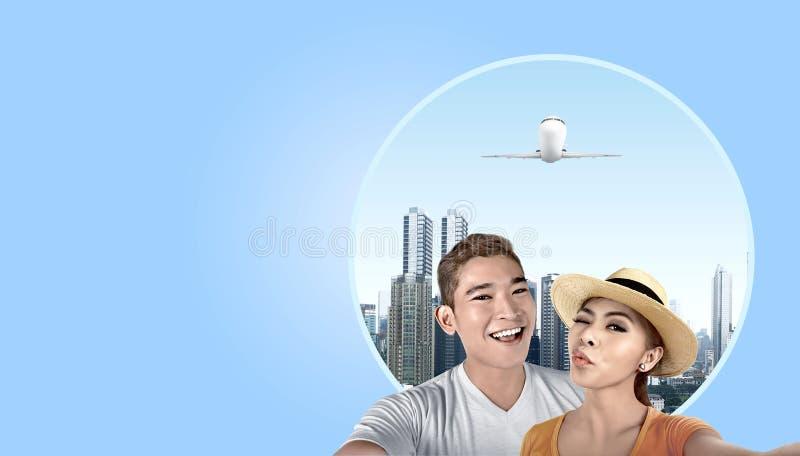 Aziatisch paar met hoed die een selfie met wolkenkrabbersachtergrond nemen royalty-vrije stock foto's