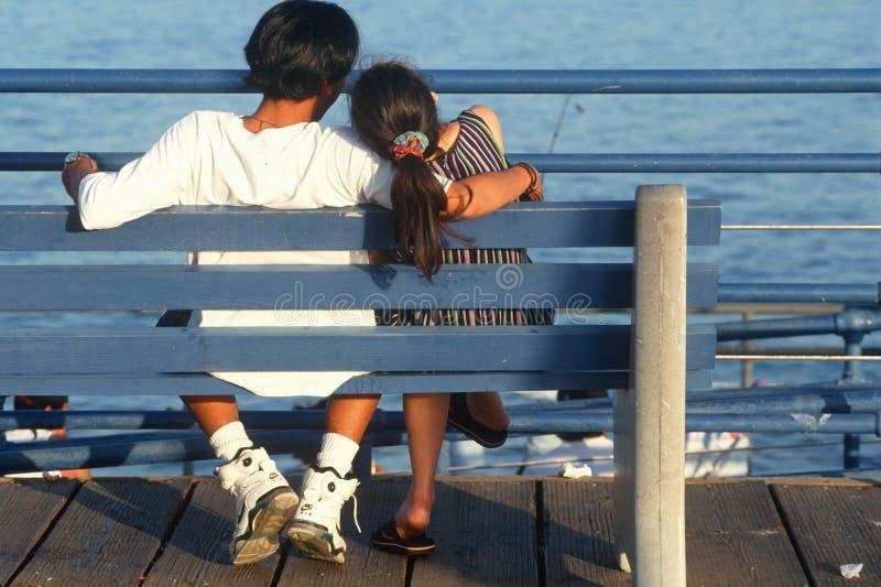Aziatisch paar op bank bij oceaan royalty-vrije stock foto's