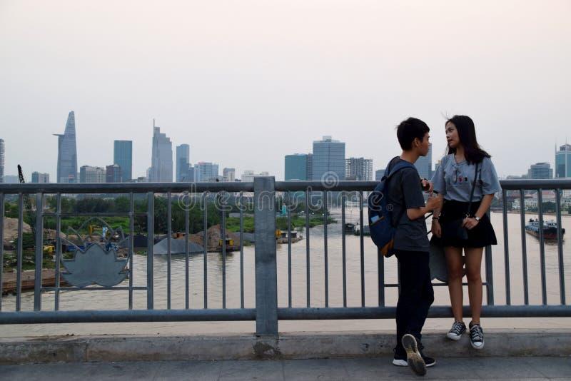 Aziatisch paar op brug met Ho Chi Minh City-horizon op de achtergrond royalty-vrije stock fotografie