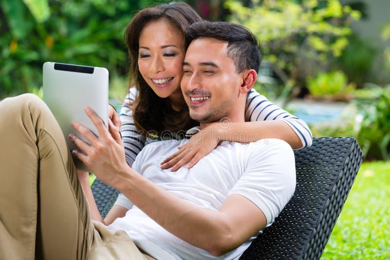 Aziatisch rijk paar in de tuin royalty-vrije stock afbeelding