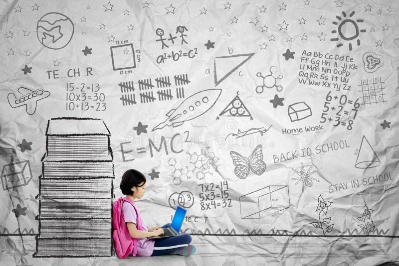 Aziatisch schoolmeisje met laptop genaderd boeken royalty-vrije stock foto's
