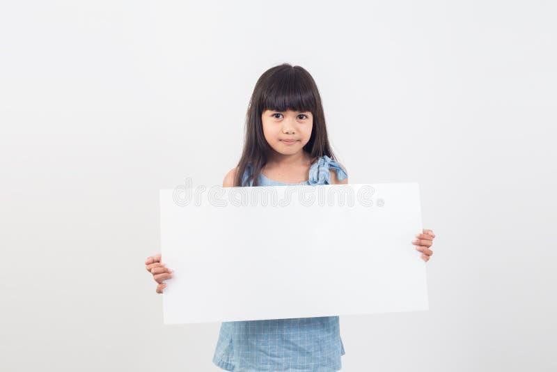 Aziatisch studentenmeisje die een lege affiche voor tekst houden stock afbeeldingen