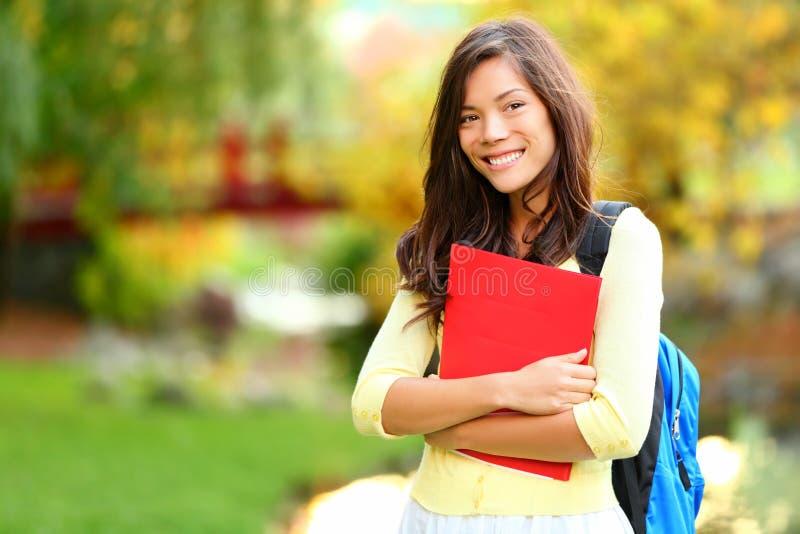 Aziatisch studentenmeisje op campus royalty-vrije stock afbeeldingen