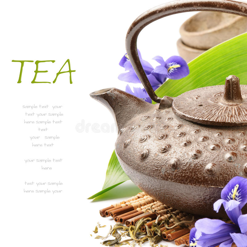 Aziatisch theestel met groene blad en bloemen stock foto's