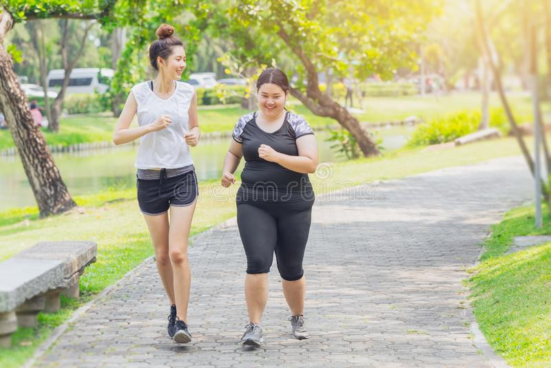 Aziatisch tiener lopend vet en dunne vriendschapsjogging royalty-vrije stock afbeelding