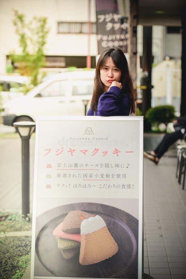 Aziatisch tienerbezoekermeisje die foto nemen in Fujiyama royalty-vrije stock afbeelding