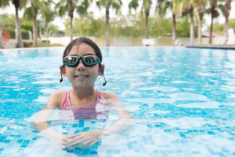 Aziatisch tienermeisje met beschermende brillen royalty-vrije stock fotografie