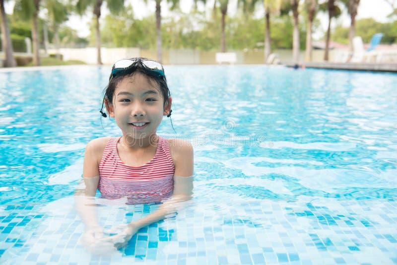 Aziatisch tienermeisje met beschermende brillen stock foto