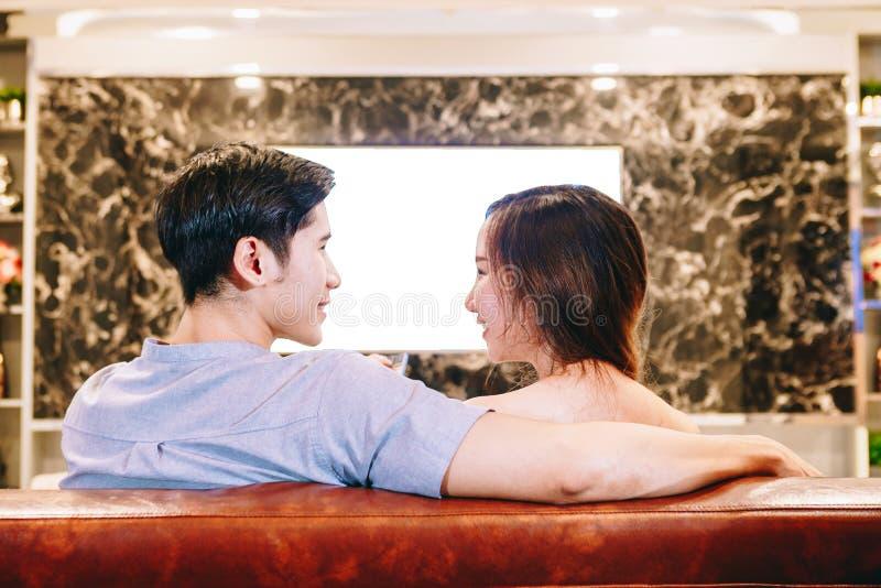 Aziatisch tienerpaar die op TV samen letten royalty-vrije stock afbeelding
