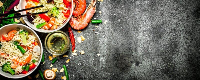 Aziatisch Voedsel Chinese noedels met groenten en garnalen stock foto's