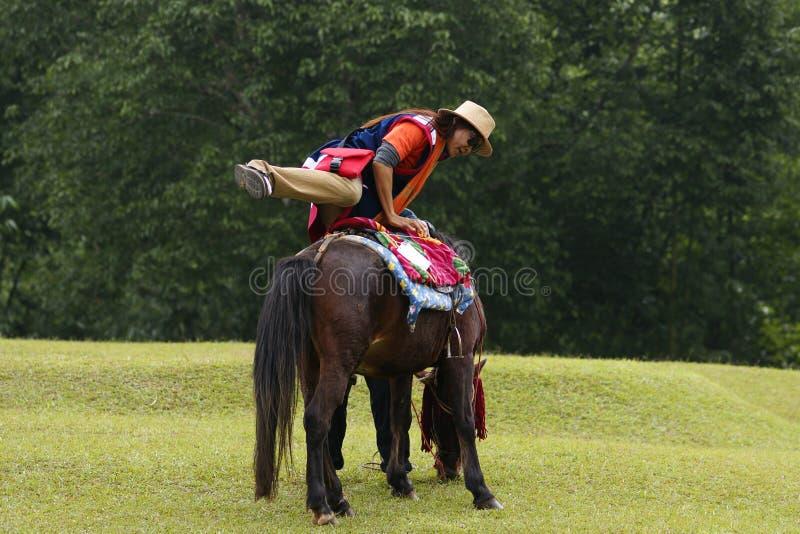 Aziatisch vrouw het opzetten paard royalty-vrije stock fotografie