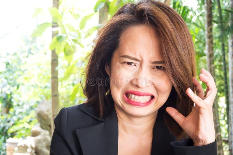 Aziatisch vrouw niet bevallen gezicht Lelijke grijns met boos gevoel royalty-vrije stock afbeeldingen