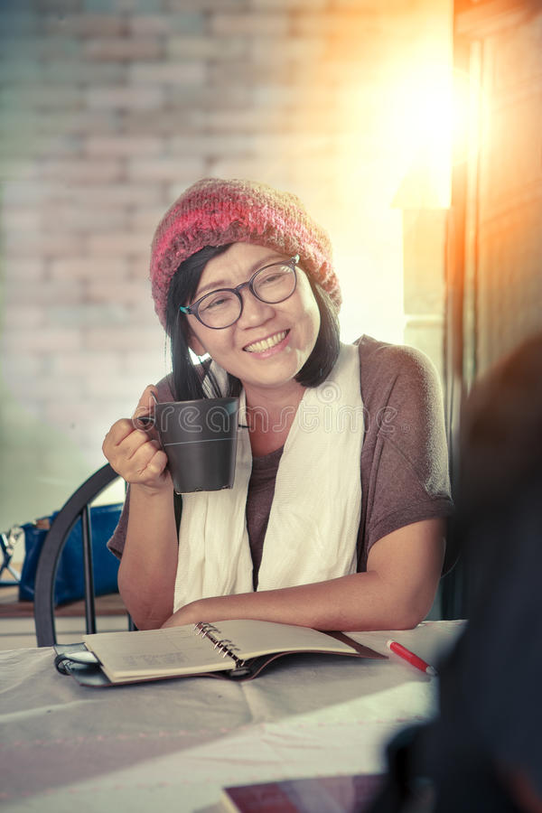 Aziatisch vrouw toothy het glimlachen gezicht met de bespreking van de gelukemotie stock afbeeldingen