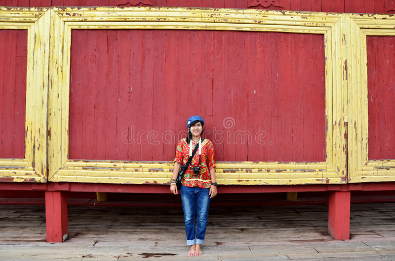 Aziatisch vrouwenportret met houten rode achtergrond bij het Paleis van Mandalay stock afbeeldingen