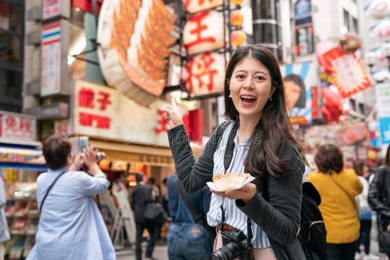 Aziatisch wijfje die het oriëntatiepunt in Japan bezoeken royalty-vrije stock foto