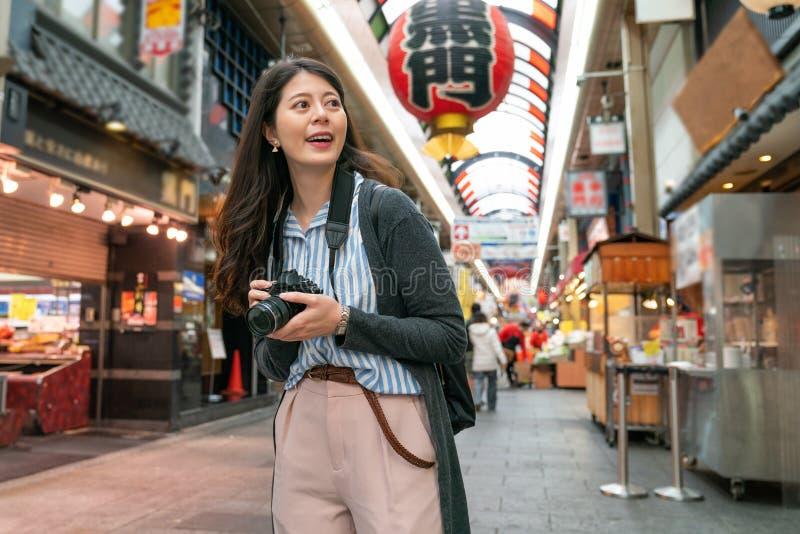 Aziatisch wijfje die Japanse markt bezoeken royalty-vrije stock afbeelding