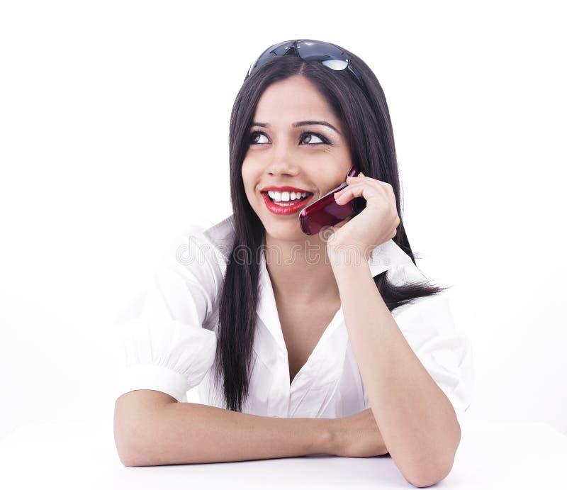 Aziatisch wijfje op de telefoon stock foto's